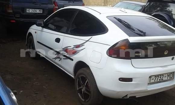 Acheter Occasions Voiture Mazda 323 Blanc à Bamako au Mali